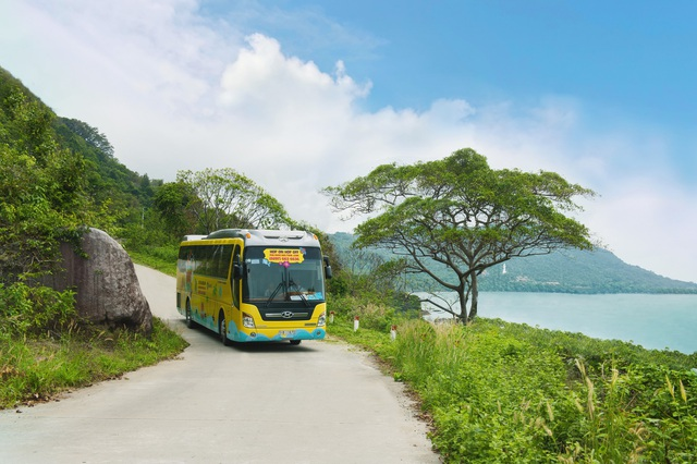 Du khách tận hưởng cảm giác thú vị với những cung đường ven biển tuyệt đẹp.