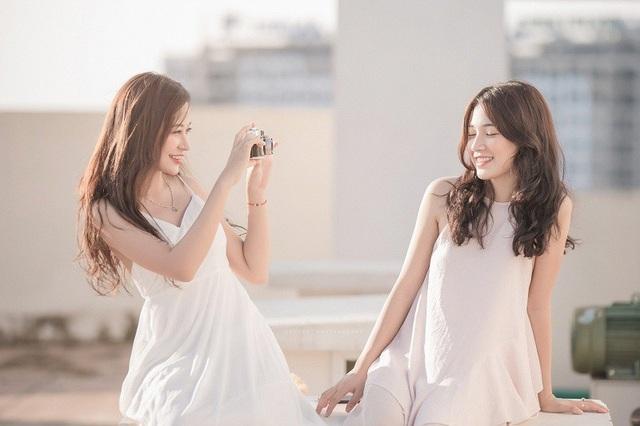 """Đều là những cô gái sống nội tâm, hay suy nghĩ nên đôi bạn luôn động viên nhau phải """"Cố lên! Là con gái phải xinh đẹp, tự lập, tự lo lắng được cho cuộc sống của bản thân""""."""