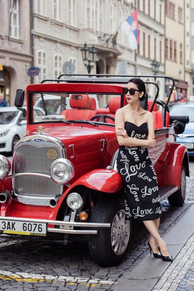 Người đẹp dạo bước giữa khu phố cổ kính, êm đềm của thủ đô Prague.