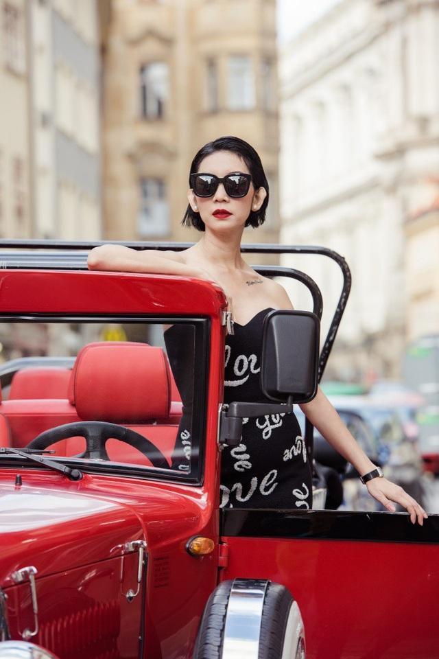 Vẫn thần thái lạnh lùng và sắc sảo, nữ siêu mẫu khoe vóc dáng đáng ngưỡng mộ ở độ tuổi 40 cùng vòng eo 58 bên những chiếc xe cổ màu đỏ nổi bật.