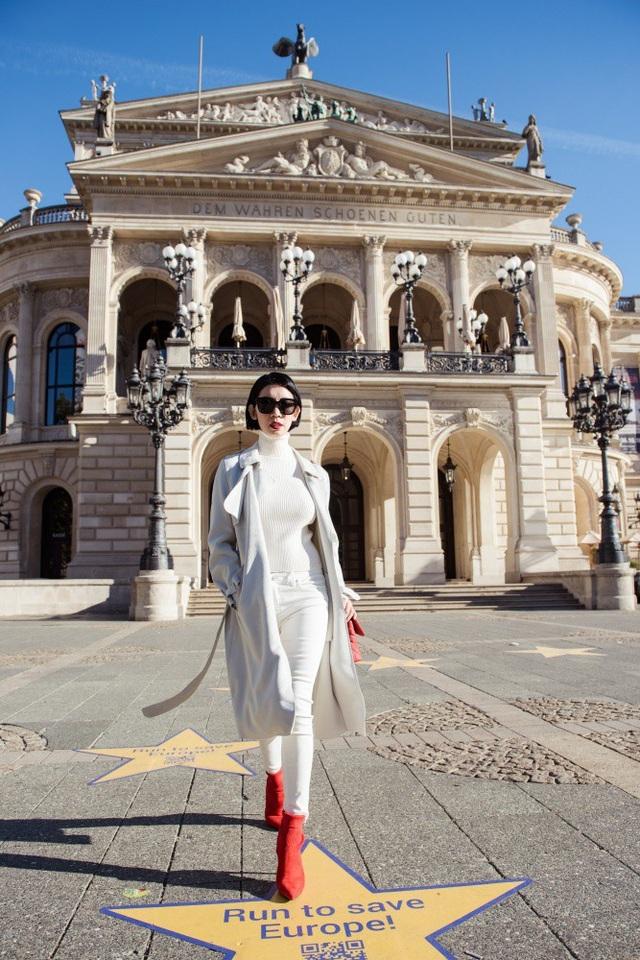 """Frankfurt được mệnh danh là thành phố đối lập đến hài hòa khi những tòa nhà cao chọc trời bao bọc xung quanh những tòa nhà cổ. Nhà hát Opera Alte Oper ở Frankfurt là một trong những công trình kiến trúc độc đáo của Đức. Nhiều tác phẩm nổi tiếng được công diễn lần đầu tiên ở đây, như tác phẩm Carmina Burana của nhà soạn nhạc Carl Orff. Toà nhà cao 30 mét này bao gồm một thính phòng lớn với sức chứa hơn 2.000 người và một cầu thang rộng rãi, được gọi là """"Cầu thang Hoàng đế""""."""