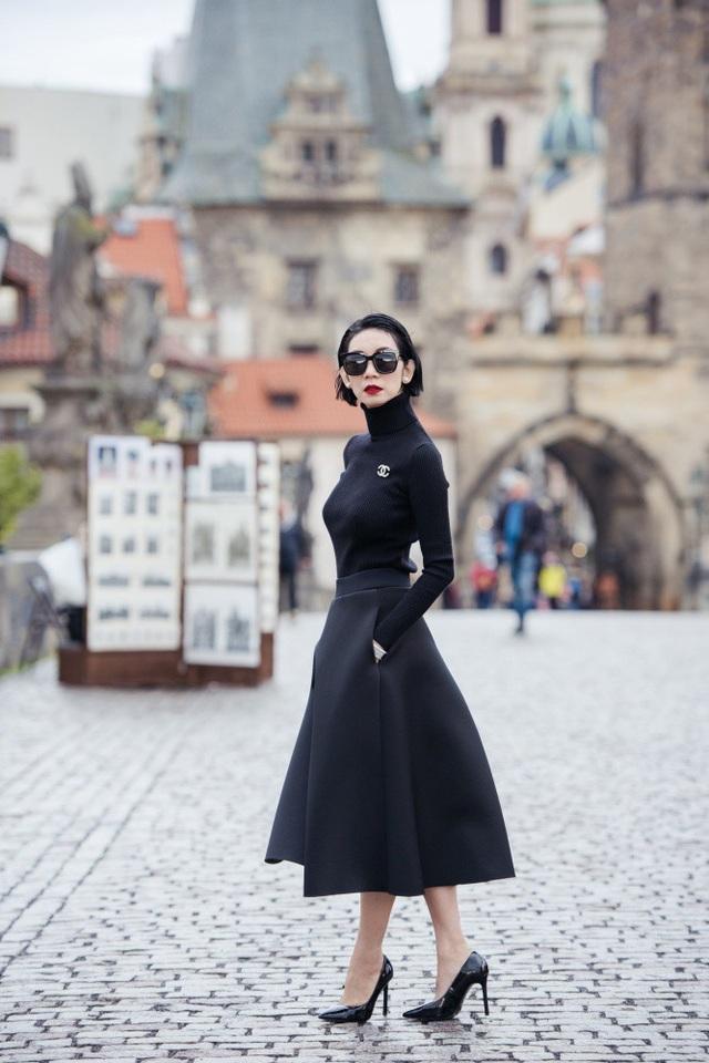Xuân Lan cũng có những ngày nghỉ thư thái tại Cộng hòa Czech - nơi vốn được mệnh danh là viên ngọc quý trong lòng Châu Âu. Czech chứa đựng trong mình những lâu đài cổ kính như trong truyện cổ tích. Nối hai bờ dòng Vltava giữa thủ đô Prague (hay còn gọi Praha, Cộng hòa Czech), có nhiều cây cầu đá, nhưng du khách đến đây đều đôi lần đặt chân lên cầu Charles.