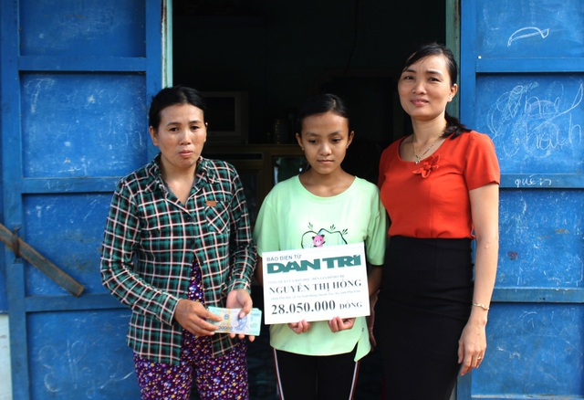 Bà Huỳnh Thị Danh trao số tiền 28.050.000 đồng cho chị Nguyễn Thị Hồng