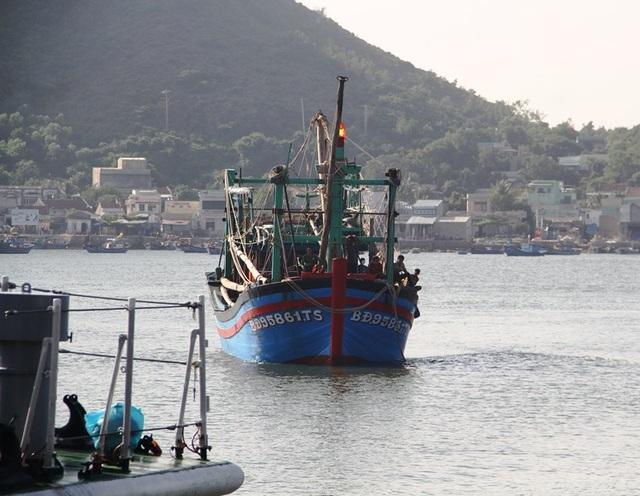 Tàu Cảnh sát biển 4038 xuất phát từ đảo Lý Sơn (tỉnh Quảng Ngãi) đi cứu tàu cá cùng 7 ngư dân gặp nạn.