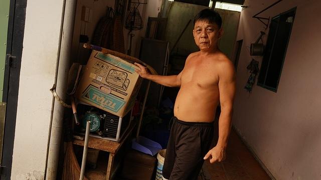 Kinh nghiệm nhiều năm chống ngập, những lúc nước dâng cao mà cúp điện thì hệ thống bơm của ông cũng…bó tay. Chính vì thế ông đã đầu tư luôn máy phát điện để ứng phó. Tất cả các thiết bị của ông Hòa có giá thành không cao, chủ yếu bỏ công ra lắp đặt, thiết kế