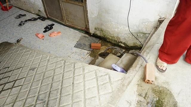 Những căn phòng trọ chưa nâng nền dùng máy bơm mi-ni để rút nước…
