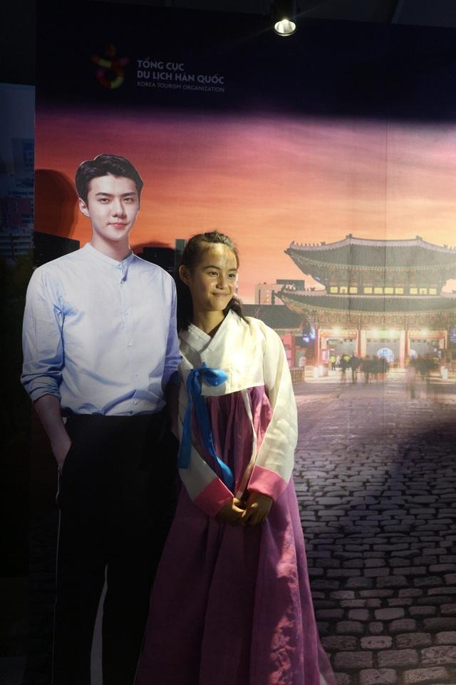 Chụp ảnh với bộ đồ Hanbok truyền thống của Hàn Quốc