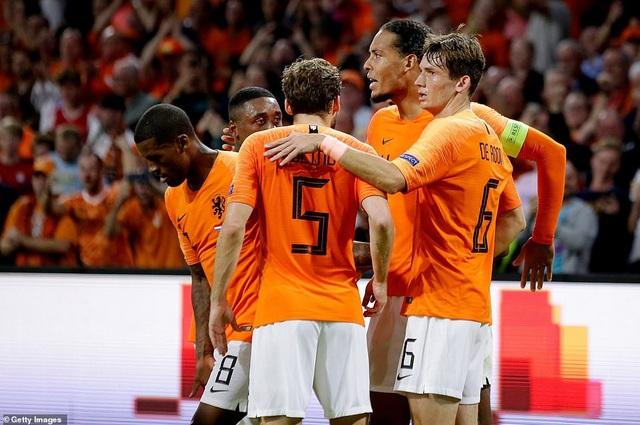 Các cầu thủ Hà Lan ăn mừng bàn thắng ghi vào lưới tuyển Đức