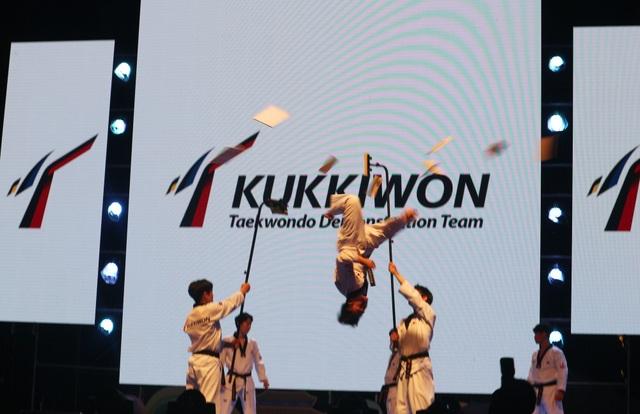 Biểu diễn võ thuật Taekwondo của Hàn Quốc thu hút sự chú ý theo dõi, những tràng vỗ tay cổ vũ không ngớt của khán giả