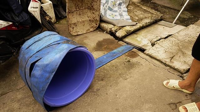 Khi xảy ra ngập, thiết bị ống dẫn đang được quấn vào chiếc xô này được trải thẳng ra đến tận cống lớn