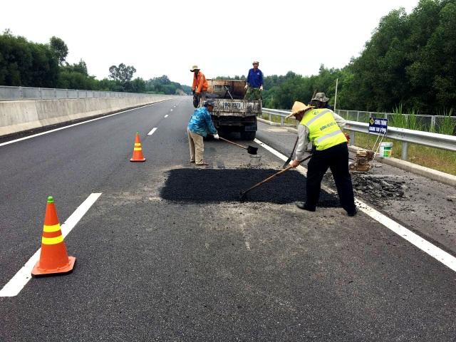 Các công nhân đang sửa chữa hư hỏng tuyến cao tốc vào đầu tháng 10