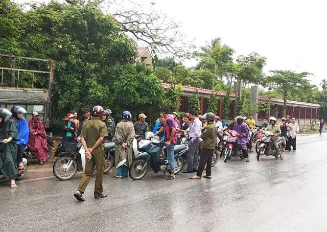 Lực lượng công an cùng người dân bắt được đối tượng người Lào khi hắn đang lẩn trốn ở địa bàn huyện Lệ Thủy.