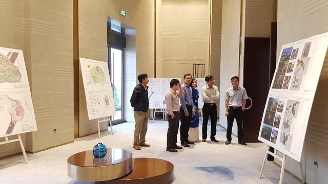Các đại biểu xem các sơ đồ, mô hình về quy hoạch khu du lịch sinh thái Bạch Mã