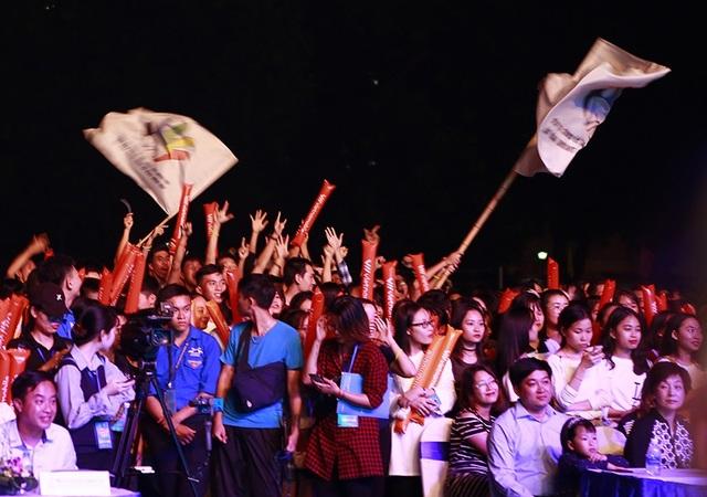 Các bạn trẻ quẩy hết mình với âm nhạc do các nghệ sĩ trên sân khấu mang lại