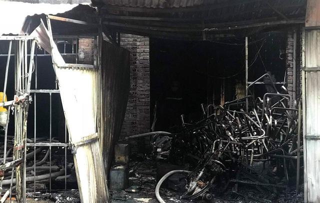 Hà Nội: Cháy xưởng ghế sofa, nghi có người tử vong - 2
