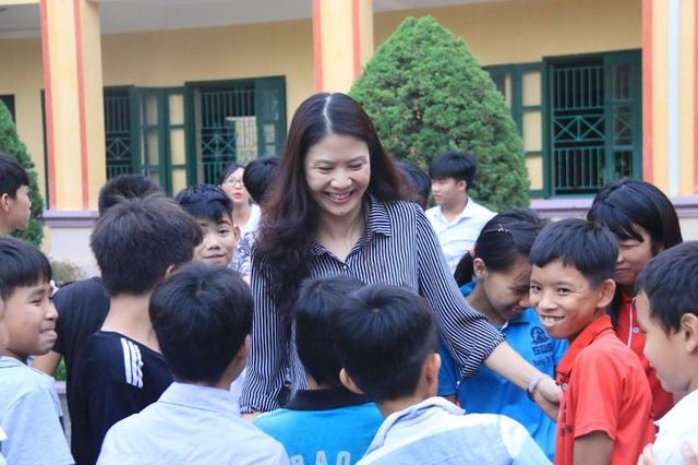 Cô Vân bên học trò của mình
