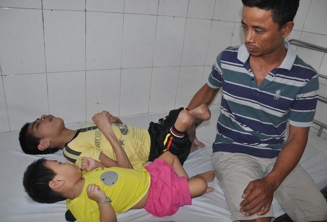 Đưa cùng lúc 2 con xuống viện, ai chứng kiến hoàn cảnh của gia đình anh Công cũng trào nước mắt.