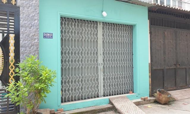 Phía trước ngôi nhà đã được sơn sửa lại sạch sẽ.