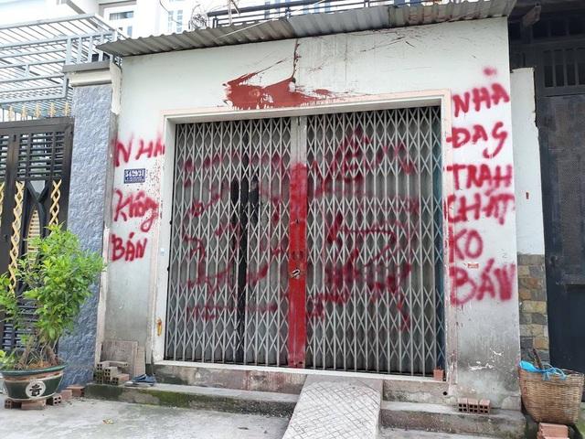 Ngôi nhà khi bị xã hội đen ném sơn, viết chữ đe dọa...