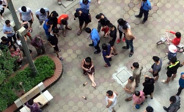 Người dân tập trung tại hiện trường vụ việc. (Ảnh: CTV)