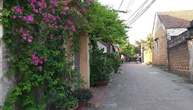 Nét cổ kính của ngôi làng hiện lên từ cổng vào đến những bức tường cổ, lối đi lát gạch nghiêng.