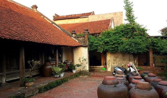 Dạo quanh ngôi làng, bạn sẽ bắt gặp những ngôi nhà có nét kiến trúc độc đáo với mái ngói, sân lát gạch và những chiếc chum sành.