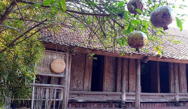 Những người dân nơi đây cho biết, nhiều ngôi nhà cổ ở Đường Lâm được xây dựng bằng các vật liệu đặc trưng của vùng Xứ Đoài xưa. Đó là các loại gỗ quý, kèm theo là các phụ kiện như: rơm, rạ, bùn non, trấu, đất sét mịn… Trong đó đáng chú hơn cả là loại vật liệu xây dựng mang tên đá ong.
