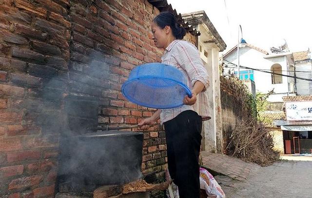 Trong các con ngõ nhỏ, nhiều người dân vẫn giữ thói quen nấu nướng bằng bếp củi.