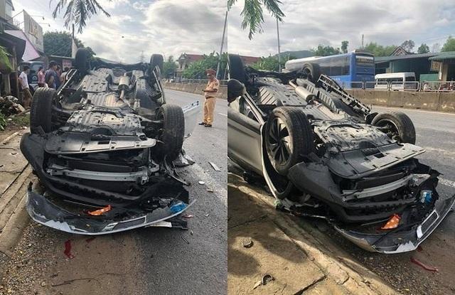 Chiếc xe lật ngửa, hư hỏng nặng.