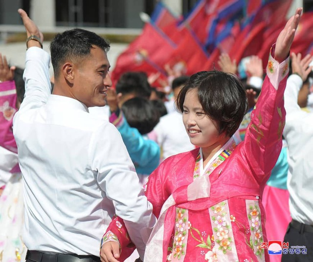 Người dân Triều Tiên diễu hành kỷ niệm 70 năm Quốc khánh 9/9. (Ảnh: Reuters)
