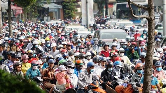 Giao thông nhiều tuyến đường từ các quận phía Đông TP vào trung tâm Sài Gòn bị ùn tắc nghiêm trọng vào giờ cao điểm sáng đầu tuần.