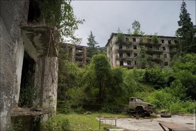 Từng là một nơi sầm uất chuyên khai thác than, do ảnh hưởng chiến tranh và kinh tế, người dân đã bỏ xứ mà đi