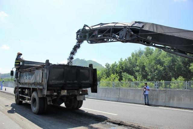Các công nhân đang sửa chữa một số điểm hư hỏng trên cao tốc