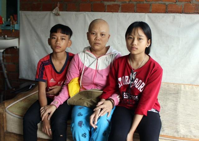 Chồng bỏ đi, chị Hồng và 2 con sống trong khốn khó