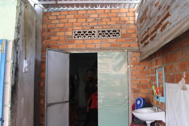 Căn phòng nhỏ chừng 6 m2 là không gian sinh sống của 3 mẹ con