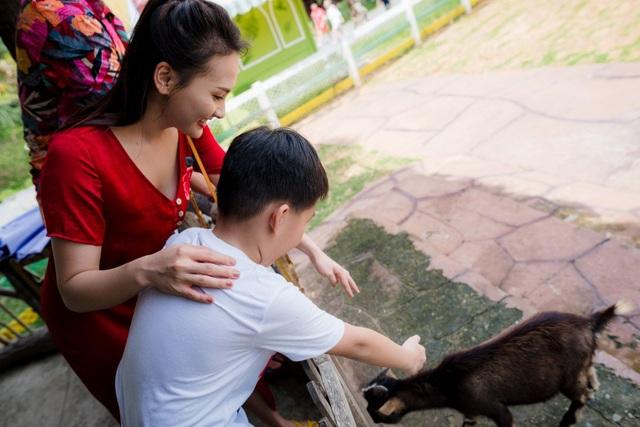 Con trai Bảo Thanh thích thú khi được khám phá cuộc sống thiên nhiên hoang dã, tận mắt ngắm nhìn những chú sư tử, hươu cao cổ, tê giác, ngựa vằn, gấu, hổ...