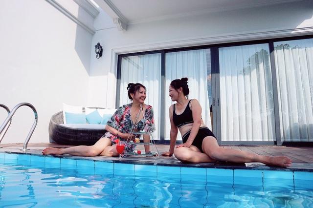Hình ảnh gợi cảm với đồ bơi của mẹ đẻ, mẹ chồng của Bảo Thanh cũng khiến nhiều người bất ngờ.