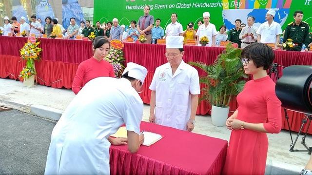 Đại diện các khoa của Bệnh viện 108 ký cam kết với Ban giám đốc về việc phòng ngừa nhiễm khuẩn huyết trong chăm sóc y tế.