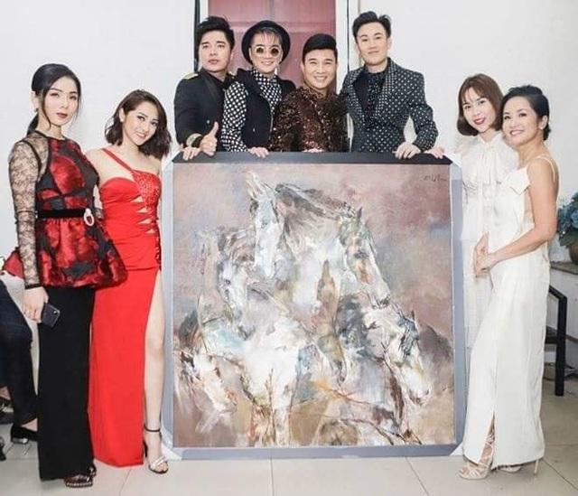 Các nghệ sĩ bên bức tranh của họa sĩ Hứa Thanh Bình trước khi bị ký tên sau phiên đấu giá từ thiện.
