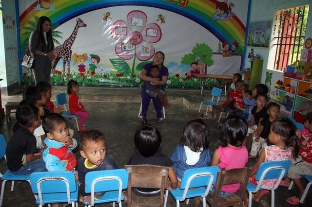 Không có sân chơi, không có mái che nên nắng, mưa là cô trò chỉ còn biết vui đùa trong lớp học nhỏ bé này