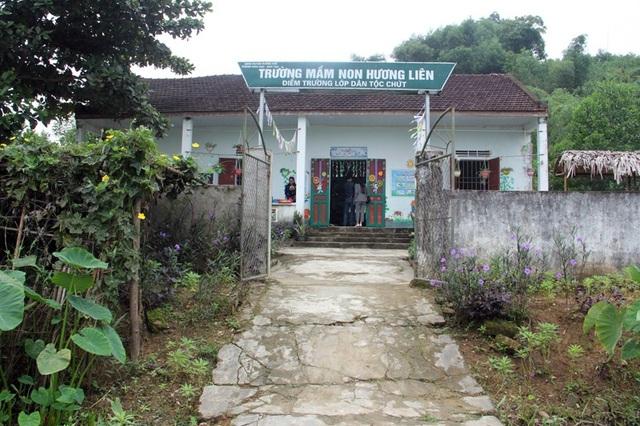 Lớp học của những đứa trẻ dân tộc Chứt được ghép tạm bợ tại hội quán của bản Rào Tre.