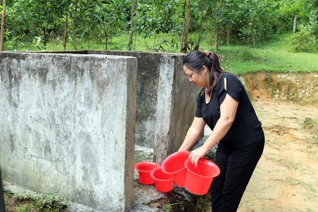 Điểm trường không có công trình phụ, cô Hương phải xách từng bô các cháu đi vệ sinh đi đổ.