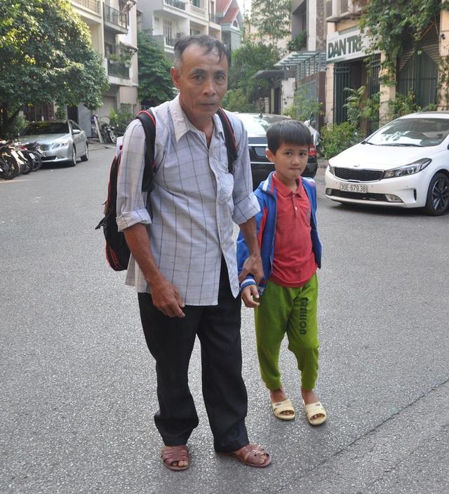 Em theo ông ra ngoài Hà Nội điều trị căn bệnh ung thư của mình.