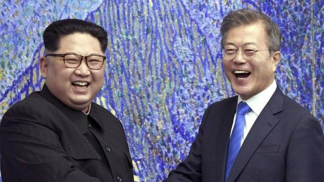 Tổng thống Moon Jae-in và nhà lãnh đạo Kim Jong-un (Ảnh: KCNA)