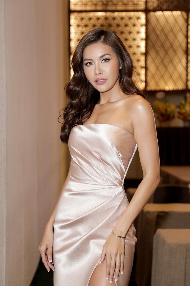 Minh Tú diện trang phục màu nuy ôm dáng, xẻ tà gợi cảm. Siêu mẫu ngày càng chăm chút cho ngoại hình mỗi khi xuất hiện.