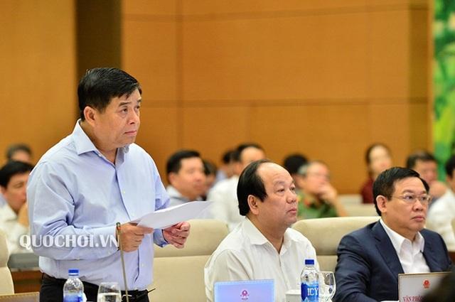 Bộ trưởng KH-ĐT Nguyễn Chí Dũng trình bày báo cáo trước UB Thường vụ Quốc hội