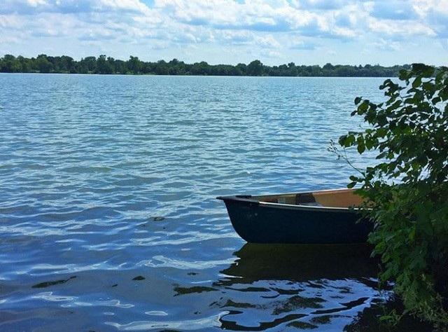 Hình ảnh 1: Bạn đang nằm trong một cái xuồng, trôi bồng bềnh giữa mặt hồ yên tĩnh và không có gì ngoài bầu trời trong xanh phía trên bạn.