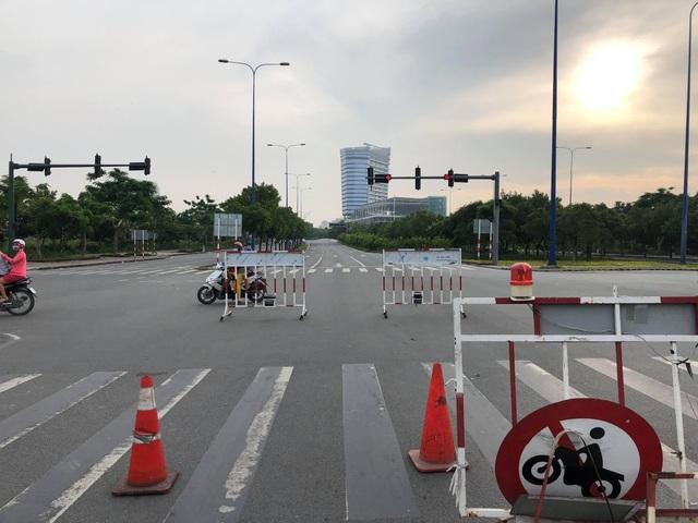 Lực lượng chức năng phong toả, cấm xe ở 2 đầu hầm Thủ Thiêm