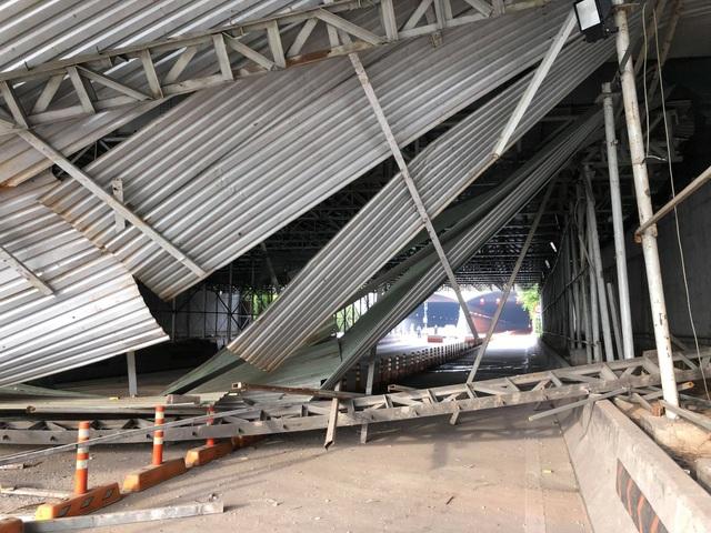 Hiện trường sự cố xe tải kéo sập hệ thống giàn giáo thông công cầu vượt trước cửa hầm Thủ Thiêm
