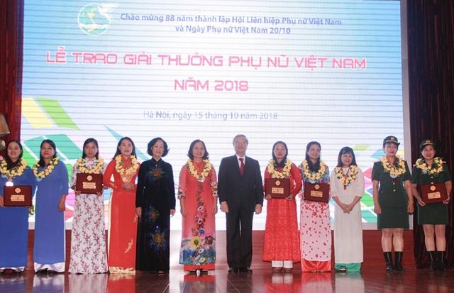 Đồng chí Trần Quốc Vượng, Ủy viên Bộ Chính trị, Thường trực Ban Bí thư và Đồng chí Trương Thị Mai, Ủy viên Bộ Chính trị, Bí thư TƯ Đảng, Trưởng Ban Dân vận TƯ trao Giải thưởng Phụ nữ Việt Nam cho 5 tập thể nữ tiêu biểu năm 2018.